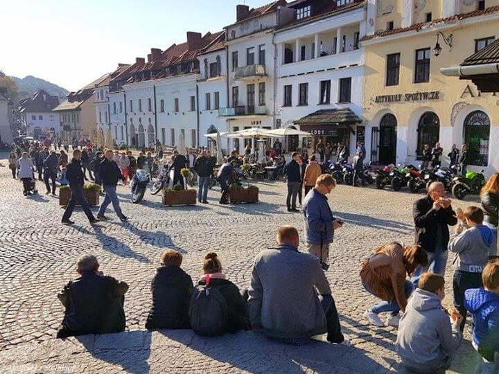 W ostatni weekend września Kazimierz Dolny odwiedziły tłumy turystów! Na rynku i pobliskich uliczkach…