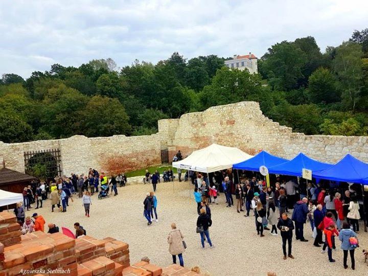 Mimo kapryśnej pogody Kazimierskie Winobranie było bardzo udane! Uczestnicy imprezy z lubością degustowali lokalne…
