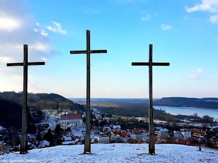 Każdy kto bywa w Kazimierzu Dolnym wie, że z Góry Trzech Krzyży roztacza się…