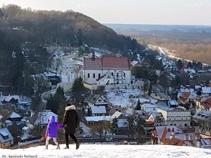Kazimierz Dolny w zimowej odsłonie – przystrojony bielą i ciszą – zachęca do spacerów…