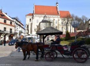 Kazimierskie dorożki czekają w kilku punktach miasteczka na zmęczonych turystów Czy przejażdżka takim stylowym…